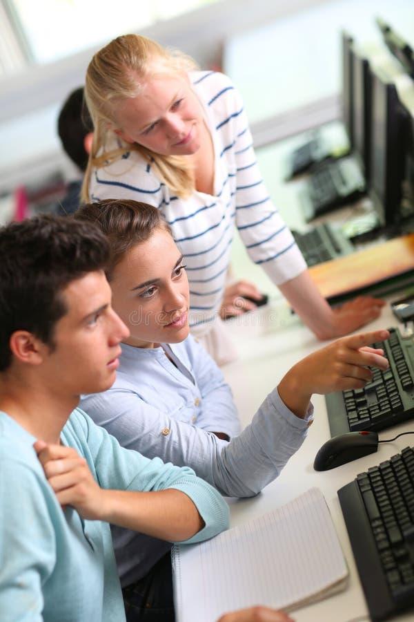 Estudiantes que asisten a la clase fotografía de archivo