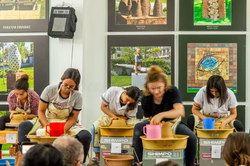 Estudiantes que asisten a la competencia de la cerámica en el simposio imagen de archivo libre de regalías