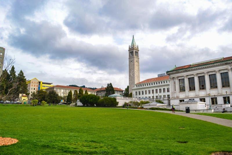 Estudiantes que caminan en patio en campus de la universidad imagen de archivo