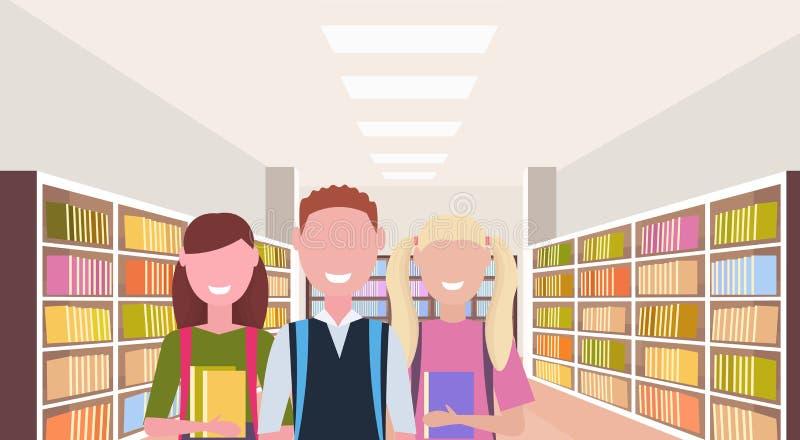 Estudiantes que detienen a los alumnos felices de los libros que se colocan cerca de conocimiento de lectura interior de la educa stock de ilustración