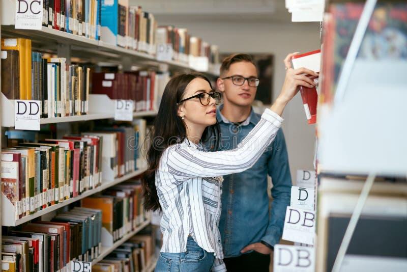 Estudiantes que estudian en biblioteca de universidad foto de archivo libre de regalías