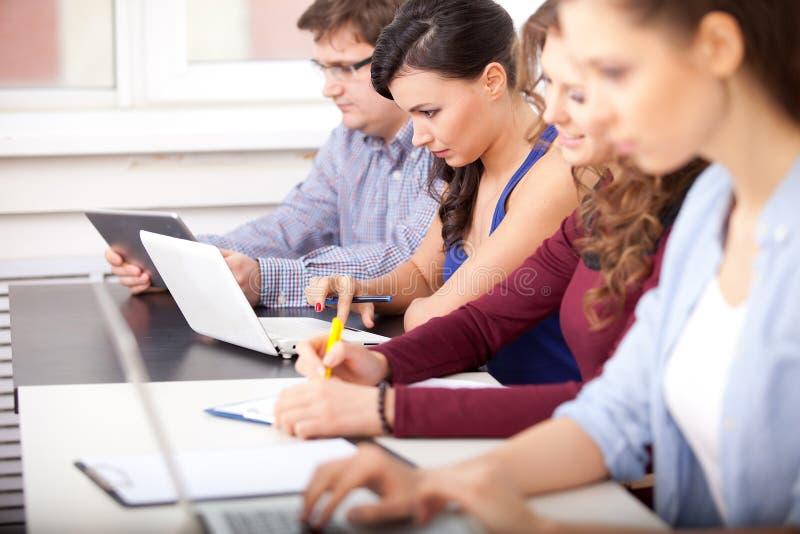 Estudiantes que estudian en la escuela imagen de archivo libre de regalías