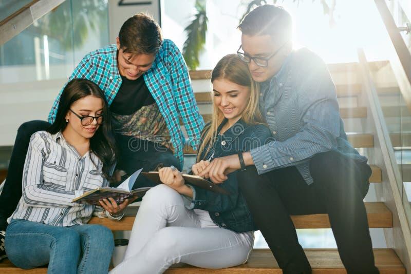 Estudiantes que estudian, leyendo la información educativa en universidad fotos de archivo libres de regalías