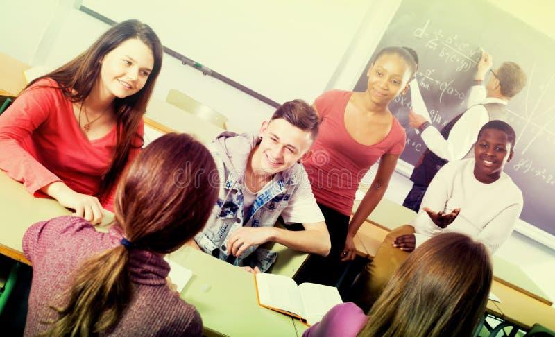 Estudiantes que hablan durante una rotura imágenes de archivo libres de regalías