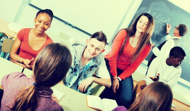 Estudiantes que hablan durante una rotura imagenes de archivo