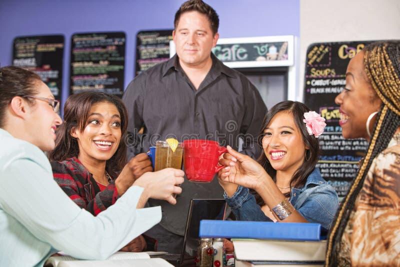 Estudiantes que llevan a cabo bebidas fotos de archivo libres de regalías