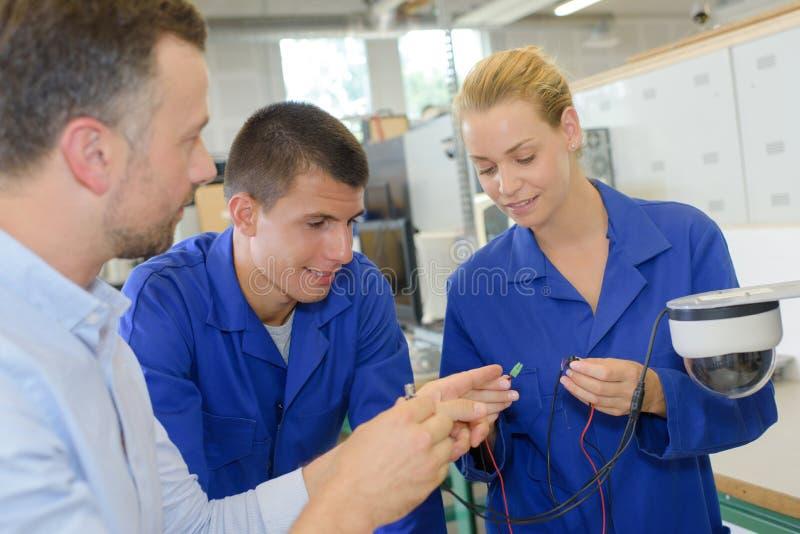 Estudiantes que miran los conectores de cable fotografía de archivo libre de regalías