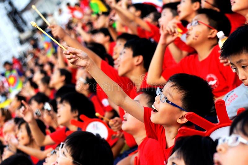 Estudiantes que miran los paracaídas el approching de ellos foto de archivo