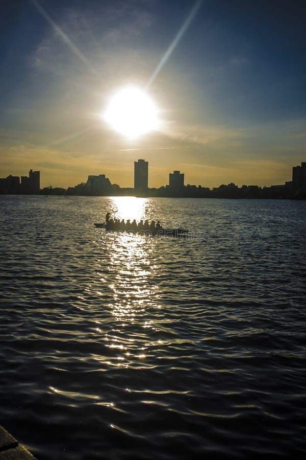 Estudiantes que practican la canoa y el kajak en Charles River, Boston fotos de archivo