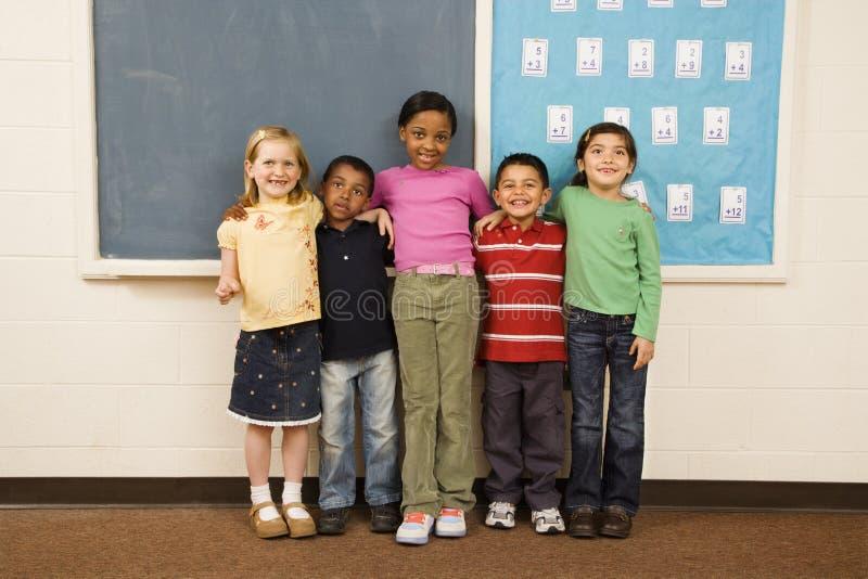 Estudiantes que se colocan en sala de clase. foto de archivo libre de regalías