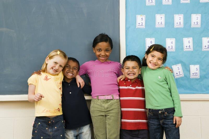 Estudiantes que se colocan en sala de clase. fotos de archivo libres de regalías