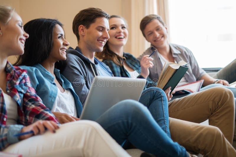 Estudiantes que se preparan para los exámenes en el interior casero foto de archivo