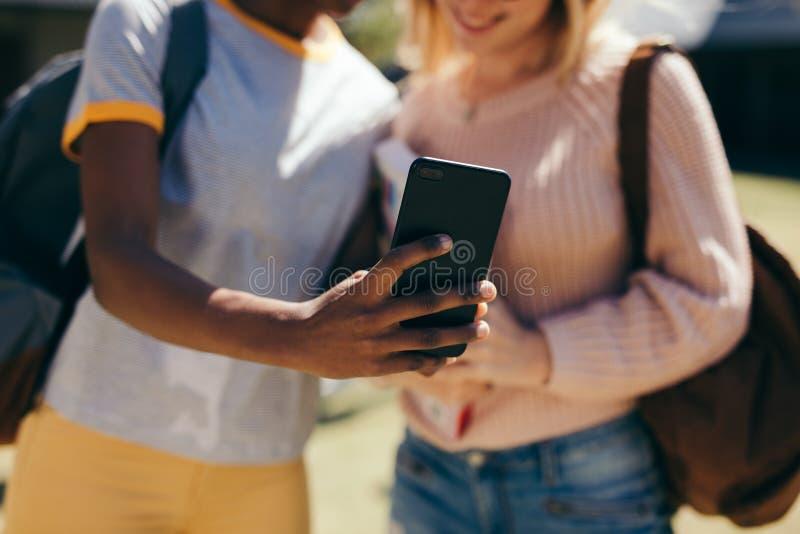 Estudiantes que toman el selfie en el campus de la universidad imagen de archivo libre de regalías