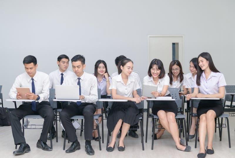 Estudiantes que trabajan con el ordenador portátil en sala de clase fotografía de archivo libre de regalías