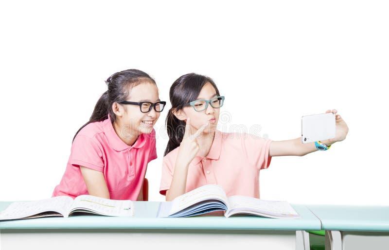 Estudiantes que usan el teléfono móvil imagen de archivo
