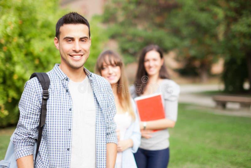 Estudiantes sonrientes en un parque fotos de archivo libres de regalías
