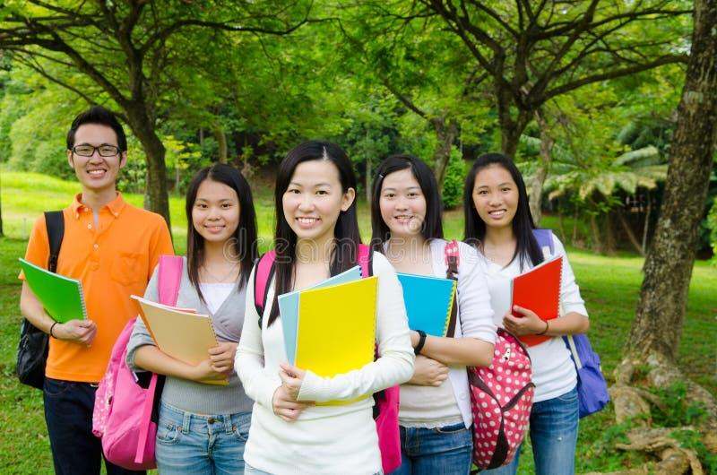 Estudiantes universitarios asiáticos fotos de archivo
