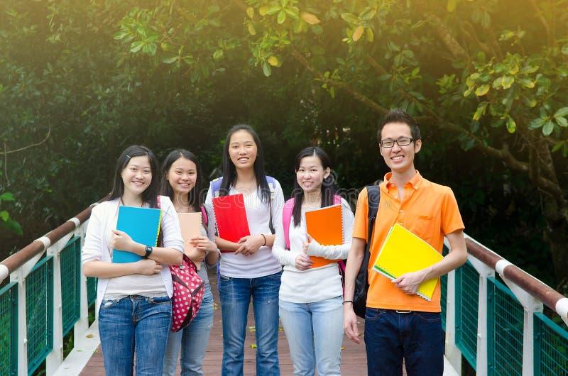 Estudiantes universitarios asiáticos fotografía de archivo libre de regalías