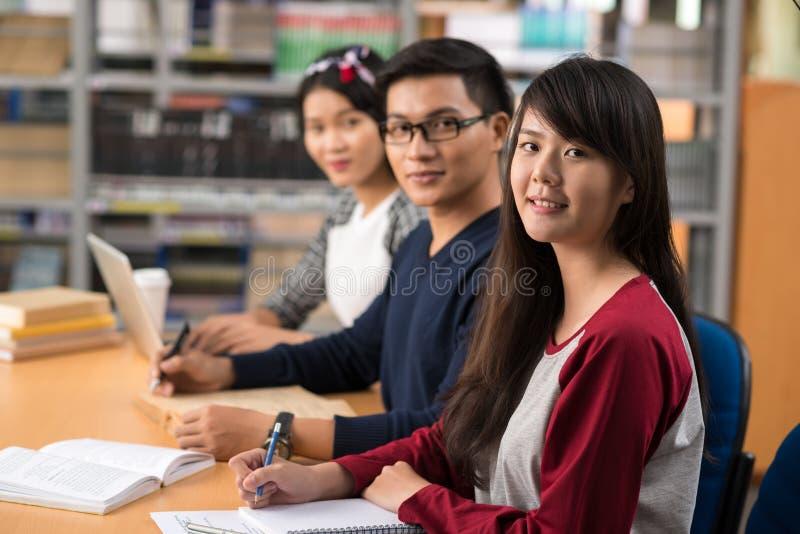 Estudiantes universitarios asiáticos fotografía de archivo