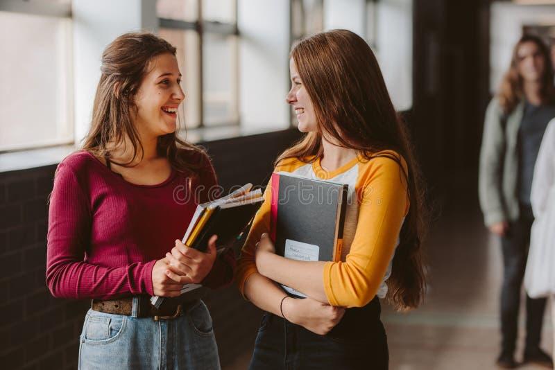 Estudiantes universitarios de sexo femenino después de la clase fotos de archivo libres de regalías