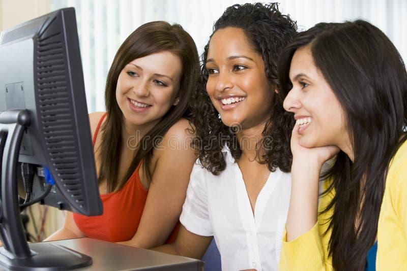 Estudiantes universitarios de sexo femenino en un laboratorio del ordenador foto de archivo libre de regalías