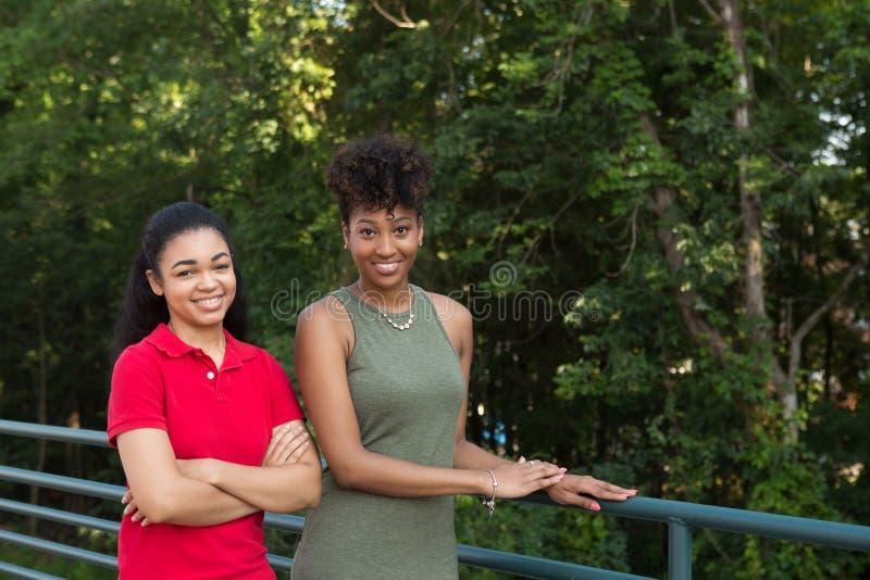2 estudiantes universitarios en campus fotos de archivo
