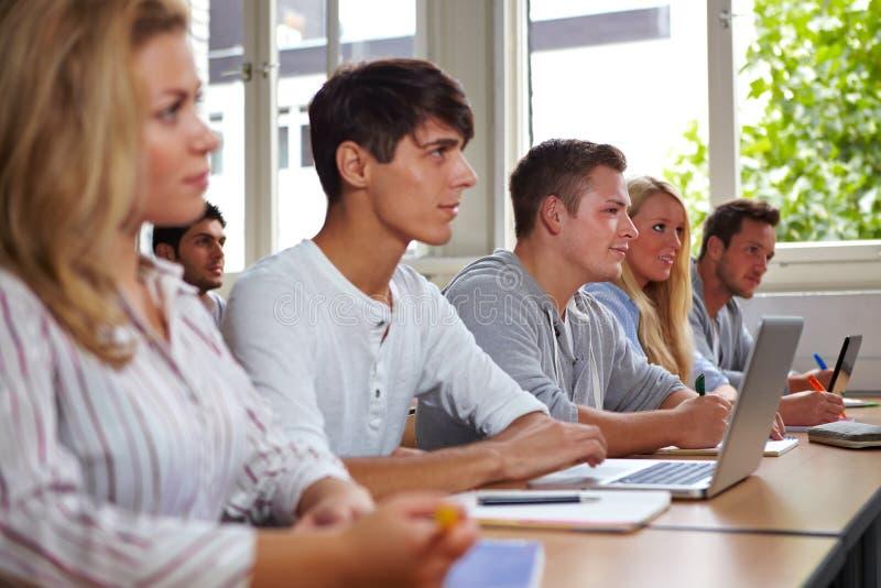 Estudiantes universitarios en clase foto de archivo libre de regalías
