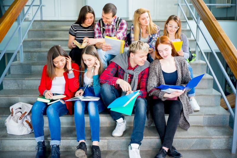 Estudiantes universitarios en las escaleras fotos de archivo
