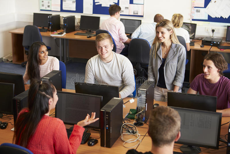 Estudiantes universitarios en los ordenadores en clase de la tecnología imágenes de archivo libres de regalías