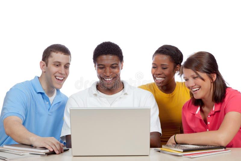Estudiantes universitarios multiculturales alrededor de un ordenador imagen de archivo
