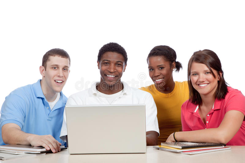 Estudiantes universitarios multiculturales alrededor de un ordenador fotos de archivo libres de regalías