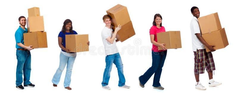 Estudiantes universitarios o amigos que mueven las cajas fotos de archivo