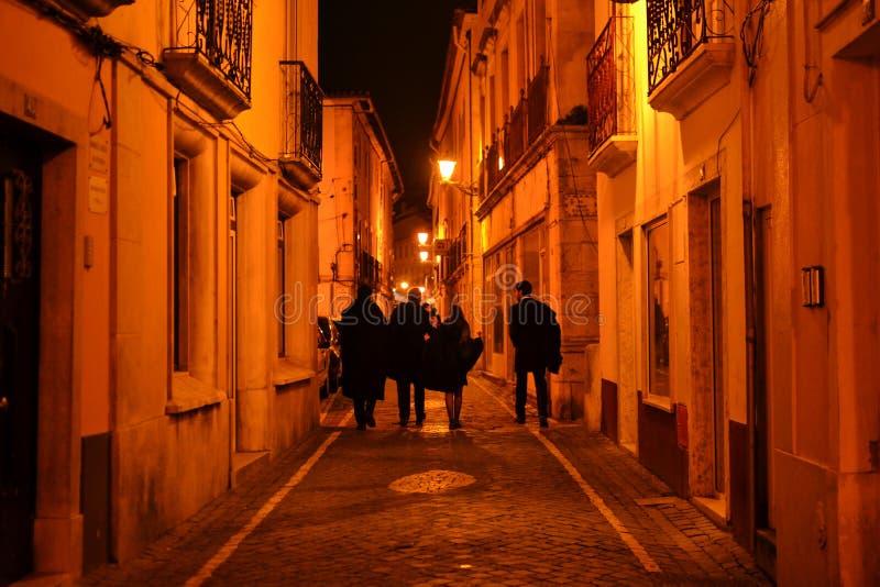 Estudiantes universitarios que caminan en la calle fotografía de archivo libre de regalías