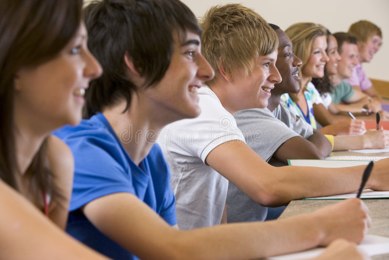 Estudiantes universitarios que escuchan una conferencia de la universidad imagen de archivo
