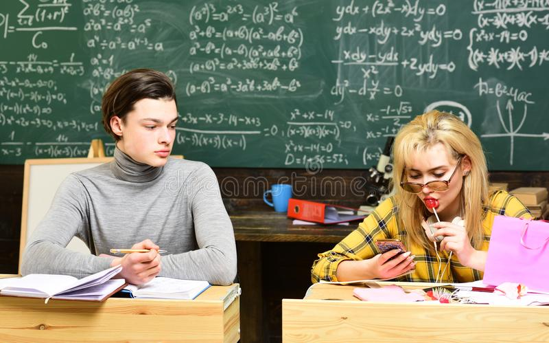 Estudiantes universitarios que hacen estudio del grupo De nuevo a escuela Los profesores particulares acertados co-crean individu fotos de archivo