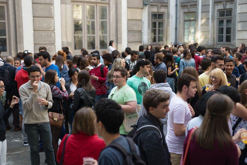 Estudiantes universitarios que recolectan en yarda de universidad, gente que habla y que se divierte imagen de archivo libre de regalías