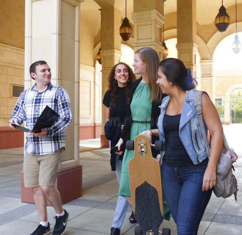 Estudiantes universitarios que salen de clase fotos de archivo