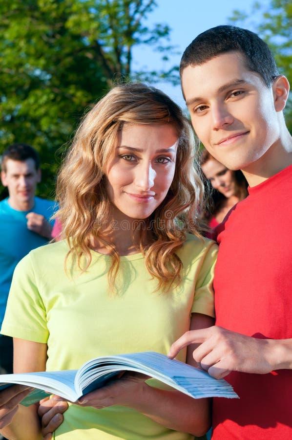 Estudiantes universitarios sonrientes imagen de archivo libre de regalías