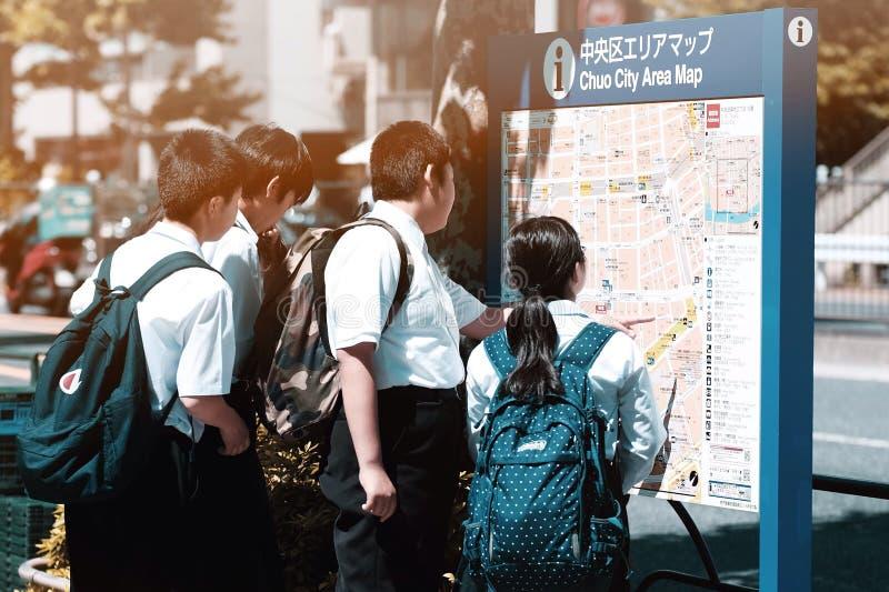 Estudiantes y mapa japoneses fotografía de archivo