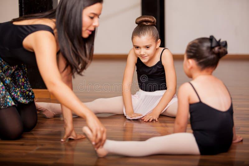 Estudiantes y profesor de la danza en clase imagenes de archivo