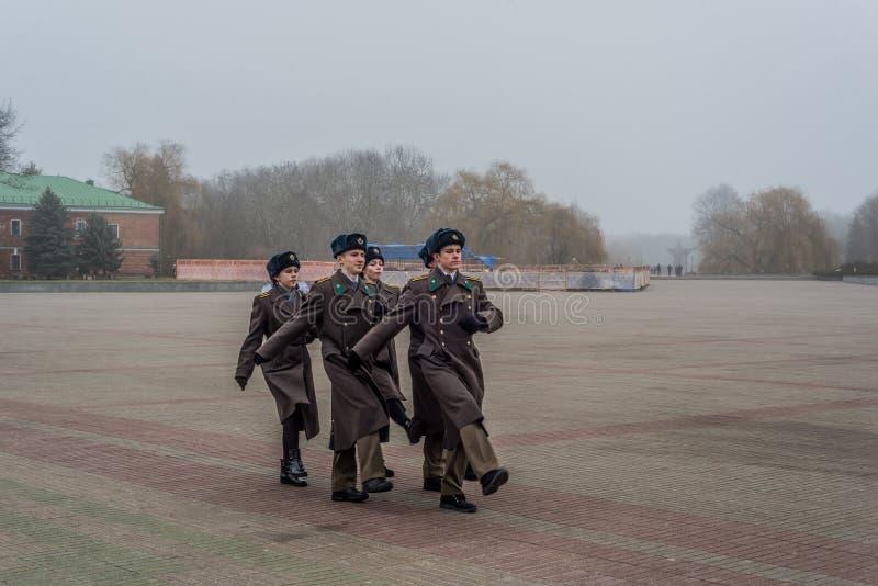 Estudiantes y soldados que marchan y que pagan tributo imágenes de archivo libres de regalías