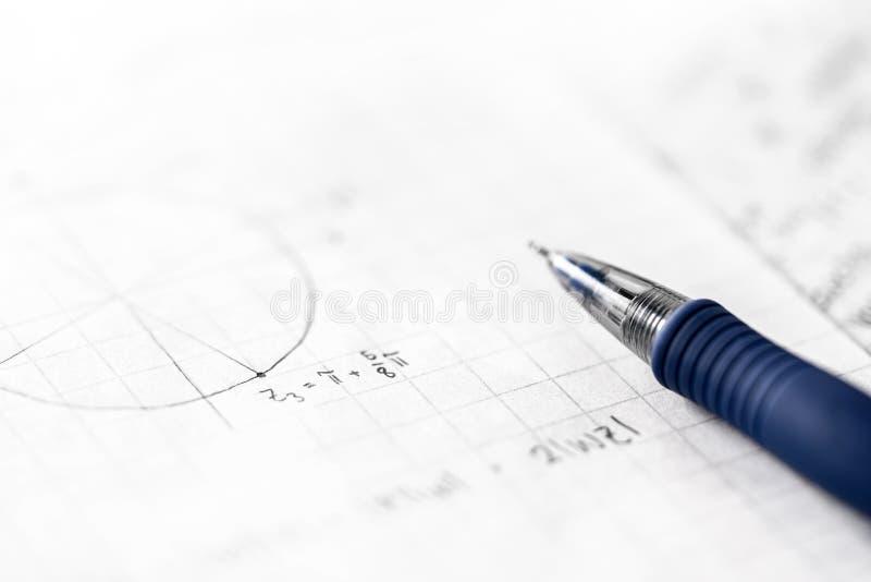 Estudiar concepto de las matemáticas y de la ciencia Notas en clase de la matemáticas imagenes de archivo