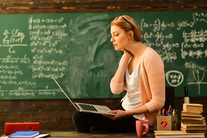 Estudiar la formación académica de las matemáticas, libros viejos en una tabla de madera redonda, el estudiar en línea de la educ imagen de archivo