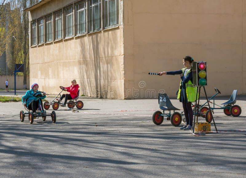 Estudiar las reglas del camino en el terreno de la escuela fotografía de archivo