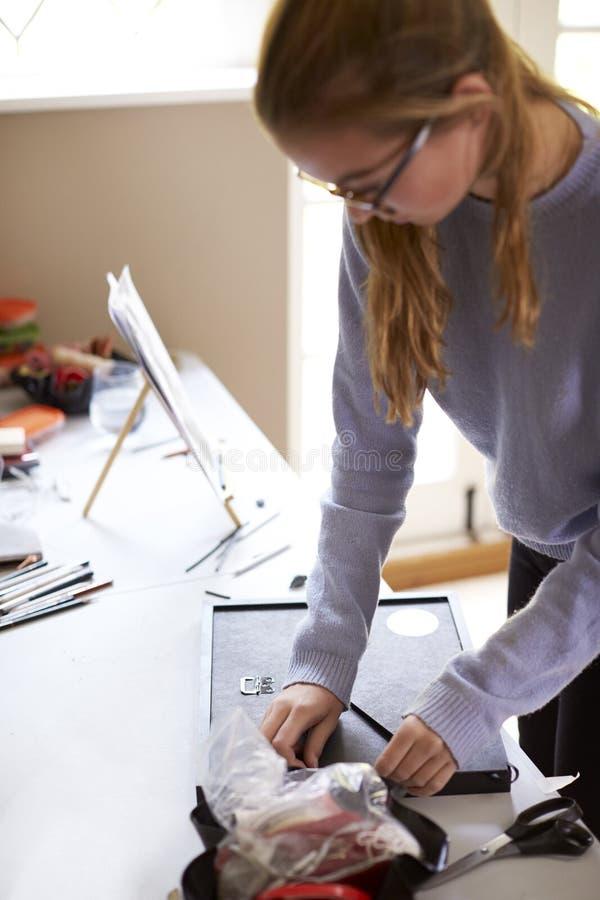 Estudio adolescente femenino de Framing Picture In del artista imagen de archivo