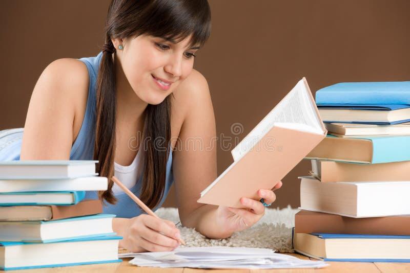 Estudio casero - el adolescente de la mujer escribe notas imagen de archivo