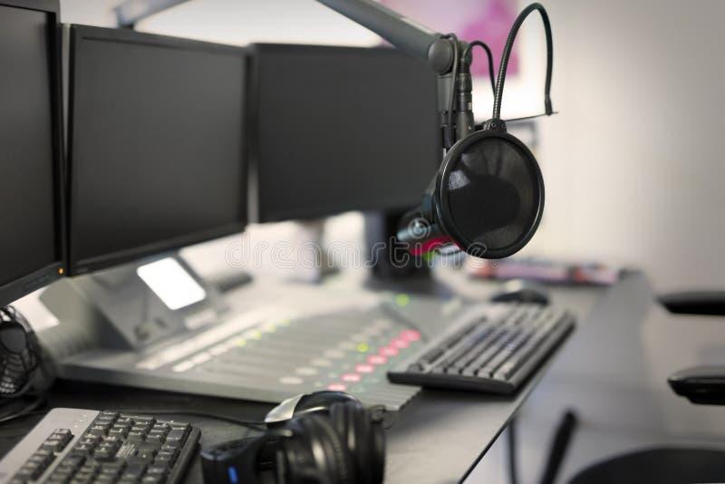 Estudio de difusión moderno de la estación de radio del micrófono imágenes de archivo libres de regalías