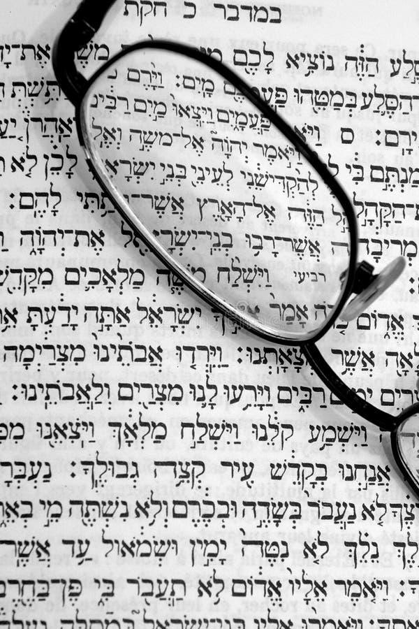 Estudio de la biblia hebrea imagenes de archivo