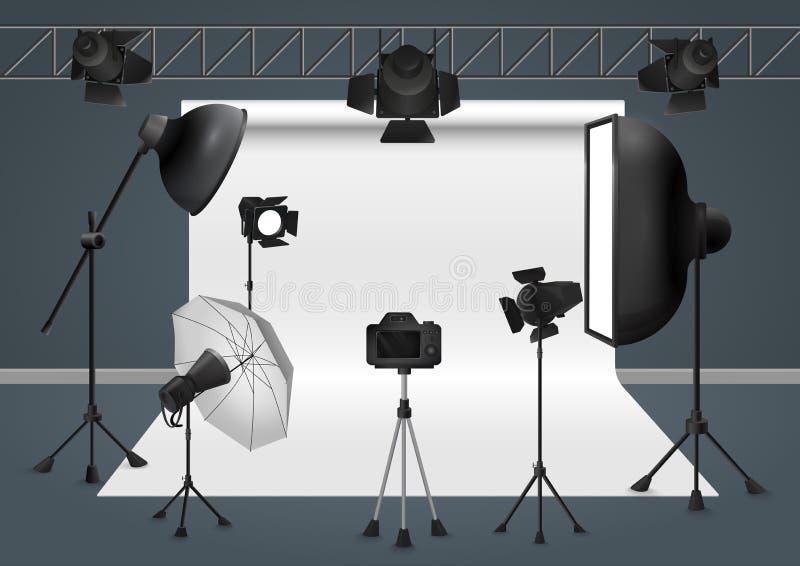 Estudio de la foto con la cámara, el proyector del flash del equipo de iluminación, el softbox y el fondo Ilustración del vector stock de ilustración