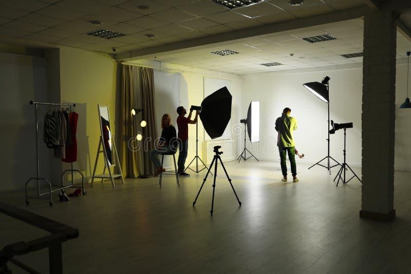 Estudio de la foto con el equipo profesional fotos de archivo